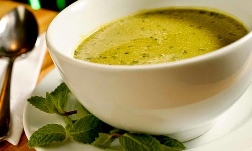 Sopa de ervilha com rúcula