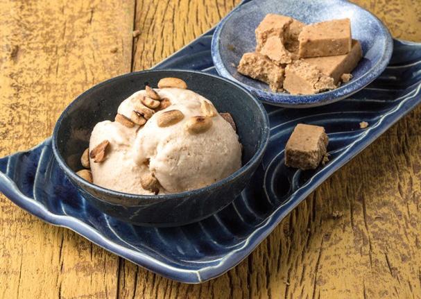 Sorvete de paçoquinha com amendoim torrado