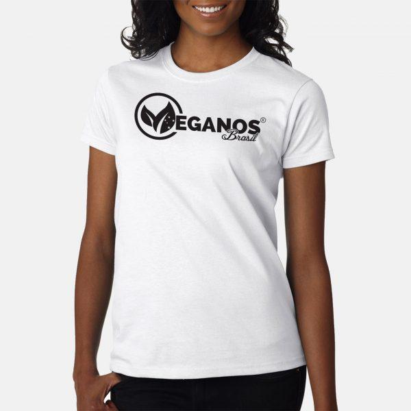 mulher-morena-tshirt-branco-logo